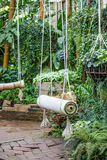 Качание на зеленом саде Стоковые Изображения RF