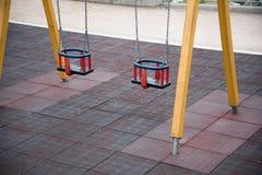 Качание спортивной площадки в парке с мягким полом Стоковое Изображение RF