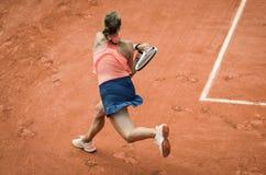 Качание удара слева женщины играя теннис Стоковое фото RF