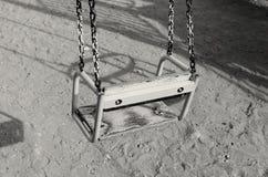 Качание ` s детей пусто на спортивной площадке стоковые изображения rf