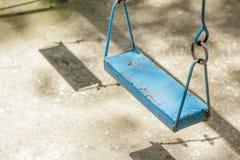 Качания крупного плана красочные в районе спортивной площадки на парке Стоковая Фотография