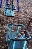 2 качания пустых детей в парке игры Стоковое Изображение RF