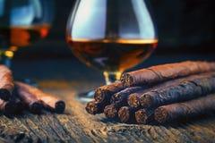 качественные сигары и коньяк стоковое изображение rf