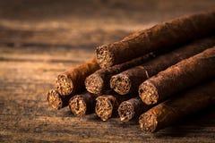 качественные сигары на старом деревянном столе Стоковое Изображение