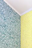 Качественный переход от голубого к желтым жидкостным обоям в угле комнаты стоковое изображение