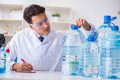Качество воды испытания ассистента лаборатории стоковое изображение