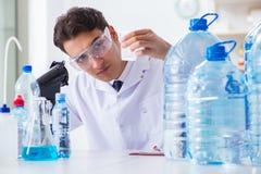 Качество воды испытания ассистента лаборатории стоковые фотографии rf