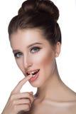 качество девушки новообращенного красотки более лучшее сырцовое Портрет красивейшей молодой женщины смотря камеру белизна изолиро Стоковая Фотография