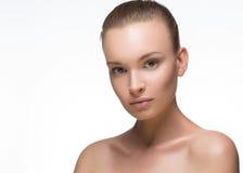 качество девушки новообращенного красотки более лучшее сырцовое Портрет красивейшей молодой женщины смотря камеру белизна изолиро Стоковое Изображение