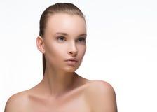 качество девушки новообращенного красотки более лучшее сырцовое Портрет красивейшей молодой женщины смотря камеру белизна изолиро Стоковые Фотографии RF