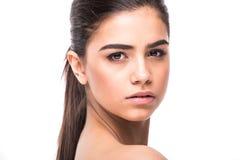 качество девушки новообращенного красотки более лучшее сырцовое Портрет красивой молодой женщины смотря камеру изолированную на б Стоковые Изображения