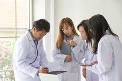Качество испытания химика испытания науки научное Ученый группы работая на лаборатории Один мужчина и 3 женские на химии стоковое изображение