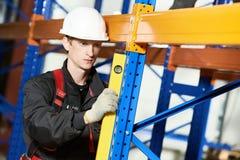 Качество работника установителя пакгауза рассматривая Стоковая Фотография