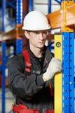 Качество работника установителя пакгауза рассматривая Стоковые Изображения RF