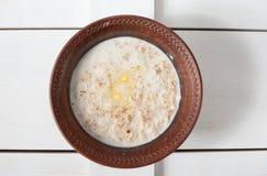 Каша гречихи с молоком, маслом, и свежей петрушкой в глубоком шаре Стоковые Изображения RF