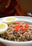 Каша гречихи с перцем вареного яйца и chili Стоковое Изображение