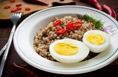 Каша гречихи с перцем вареного яйца и chili Стоковые Фотографии RF