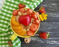 Каша овсяной каши, абрикос, клубника, сердце завтрака питания на деревянной предпосылке стоковое фото