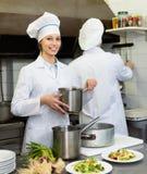 2 кашевара на кухне ресторана Стоковая Фотография RF
