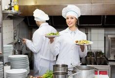 2 кашевара на кухне ресторана Стоковое Изображение