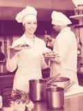 2 кашевара на кухне ресторана Стоковая Фотография