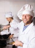 Кашевары варя на профессиональной кухне Стоковое Фото