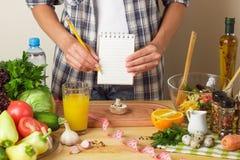 Кашевары женщины на кухне Стоковые Изображения RF