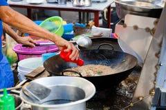 Кашевары шеф-повара stir-зажарили лапши Стоковые Фото