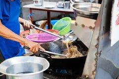 Кашевары шеф-повара stir-зажарили лапши Стоковая Фотография