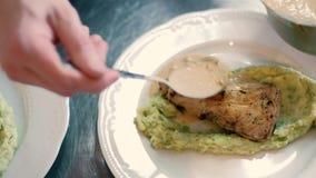 Кашевар в ресторане подготавливает и служит аппетитное блюдо 4k акции видеоматериалы