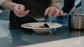 Кашевар в супе 4k кашевара ресторана сток-видео