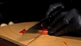 Кашевар делает сальсу Сальса для бургеров на горячих мексиканских горячих рецептах Оно подготовлено от томата, перцев красного ch видеоматериал