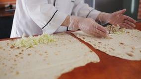 Кашевар женщины в ресторане обочины подготавливает Shawarma видеоматериал