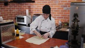 Кашевар женщины подготавливает Shawarma в ресторане обочины акции видеоматериалы