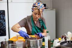 Кашевар женщины подготавливая еду в лотке Стоковое Изображение RF
