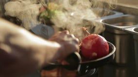 Кашевар кладет горячее мясо от гриля на поднос с овощами видеоматериал