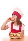Кашевар маленькой девочки ест торт яблока Стоковые Фото