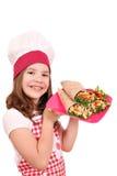 Кашевар маленькой девочки с буррито на плите Стоковые Фото