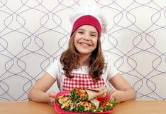 Кашевар маленькой девочки с буррито на плите Стоковое Фото