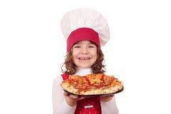 Кашевар маленькой девочки с пиццей Стоковые Изображения