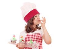 Кашевар маленькой девочки с сладостной булочкой Стоковые Фотографии RF