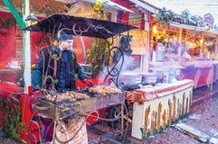 Кашевар подготавливает традиционное кавказское shashlik на центральном Chri Стоковое Изображение RF