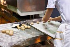 Кашевар подготавливает плюшки для печь Стоковое Изображение RF