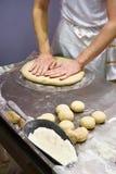 Кашевар подготавливает тесто для плюшки перед печь Стоковые Фото