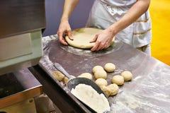 Кашевар подготавливает тесто для плюшки перед печь Стоковые Изображения RF