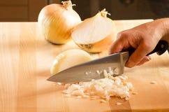 Кашевар прерывая луки с ножом стоковое фото rf