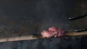 Кашевар проверяет если мясо готово и продолжает сварить его акции видеоматериалы