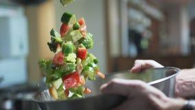 Кашевар смешивает салат с овощами путем бросать его вверх в замедленном движении, варя в медленном mo, вегетарианские еды, 240 ка сток-видео