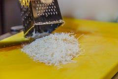 Кашевар трет сыр на терке для макаронных изделий Стоковое Изображение