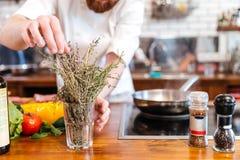 Кашевар шеф-повара подготавливая еду в кухне Стоковая Фотография RF